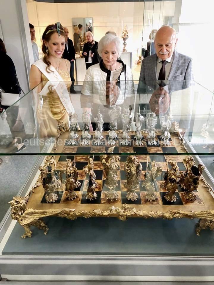 Edelsteinkönigin Bettina Reiter mit Ehepaar Kalyandjian
