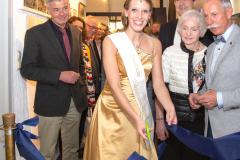 Edelsteinkönigin Bettina Reiter durchschneidet das Band